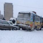 Несколько автобусов попали в массовое ДТП из-за засыпанных снегом дорог в Горловке