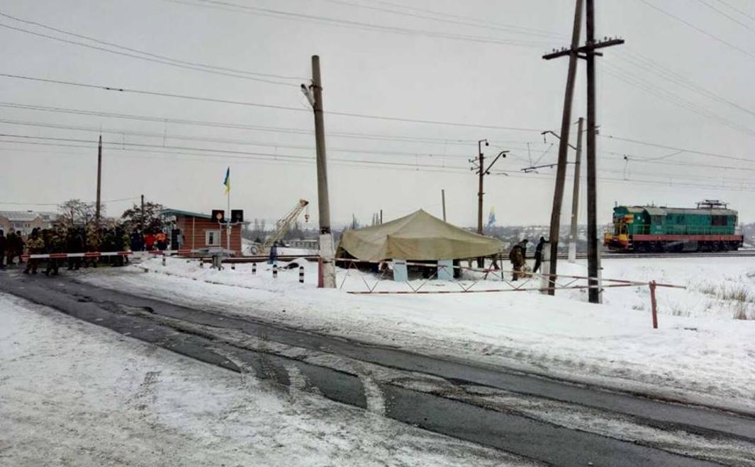 Украинские активисты заблокировали движение по железной дороге из Горловки