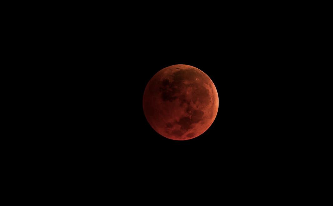 Кровавое лунное затмение на Донбассе. Фото горловчан