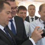 Медведев испытал на журналистах новый фотоаппарат «Зенит М»