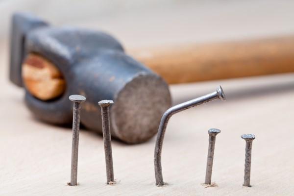 Простой способ забить гвоздь в бетон или кирпич