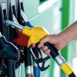 В правительстве объяснили, почему бензин не дешевеет вслед за нефтью