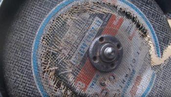 Как открутить заклинивший диск на болгарке