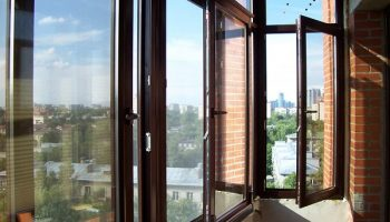 Чем защитить балконные окна от разбивания порывами ветра