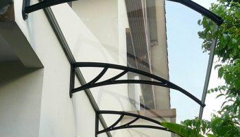 Почему козырек над балконом лучше делать из поликарбоната