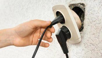 Простой способ сделать чтобы розетка больше не выпадала из стены