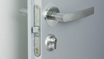 Как врезать фурнитуру в дешевое дверное полотно чтобы края не махрились