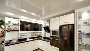 Что делать с потолочным плинтусом, если кухонный гарнитур упирается в потолок