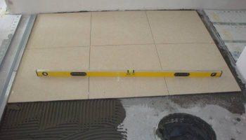 Что сделать, чтобы плитка не отваливалась после укладки на пол