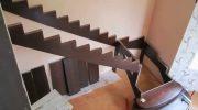 На каком этапе стройки дома нужно монтировать лестницу