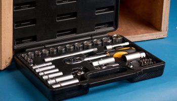 Почему хозяин квартиры не должен покупать рабочим инструменты для ремонта