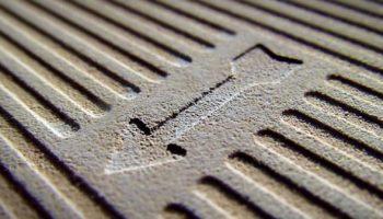 Зачем на керамической плитке с обратной стороны штампуют стрелки