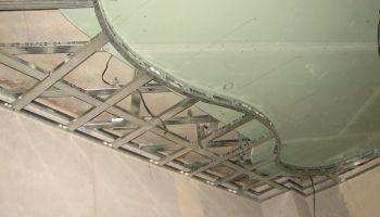 Как смонтировать подвесной потолок, чтобы он не растрескался