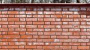 О чем говорят высолы на кирпичных стенах дома и как от них избавиться