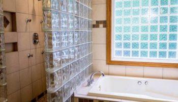 5 провальных вариантов использования стеклоблоков в жилых помещениях