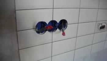 Как разместить розетку на месте кладки плитки без помощи специалиста