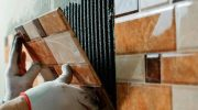 Чем отличается работа по укладке настенной и напольной плитки