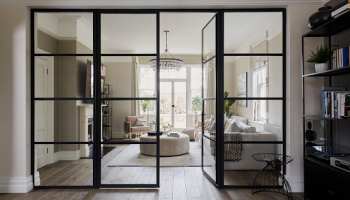 Особенности стеклянных дверей в интерьере